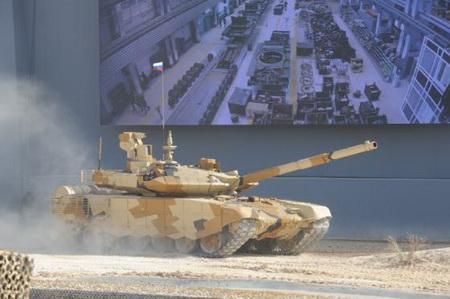 Демонстрационный показ российского танка Т-90СМ на Международной выставке IDEX-2013 в Абу-Даби.
